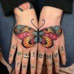 Tatuaje de mariposa en manos