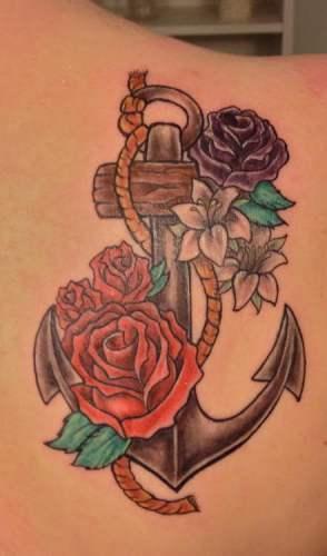 Tatuaje de ancla junto con rosas