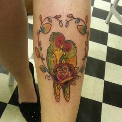 Pareja de loros tatuada