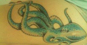 Pulpo tatuado en la pierna