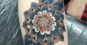 flor tatuada en antebrazo
