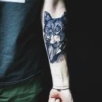 Lobo tatuado en antebrazo