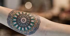 Mándala tatuada en brazo de chica