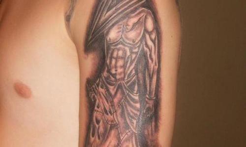 Pyramid Head tatuado en brazo