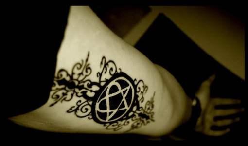 Heartagram tatuado en brazo
