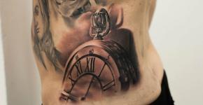 Tatuaje de un reloj de bolsillo en la cadera