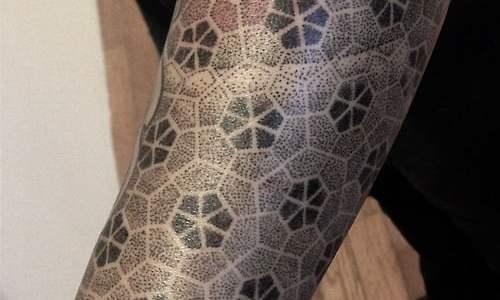 Tatuaje en el brazo por Michael Bennett