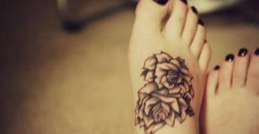 Tatuaje de rosa en dorso del pie