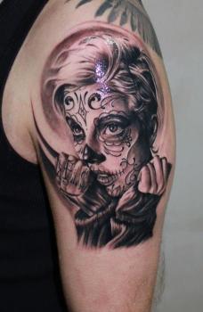 Tatuaje mujer en el día de los muertos