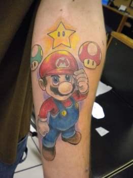 Tatuaje Super Mario en brazo
