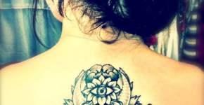 Tatuaje flor abstracta en espalda