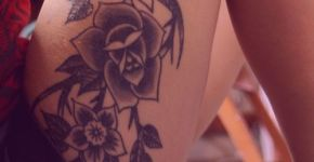 Tatuaje flores en el muslo