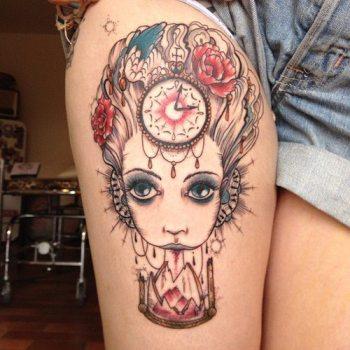 Tatuaje mujer en el muslo