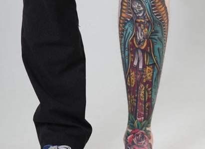 Tatuaje rara virgen en la pierna