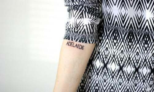 Tatuaje Adelaide en el brazo