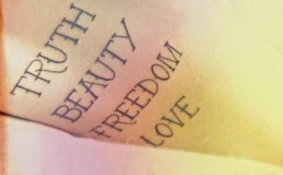 Tatuaje bello amor en el brazo
