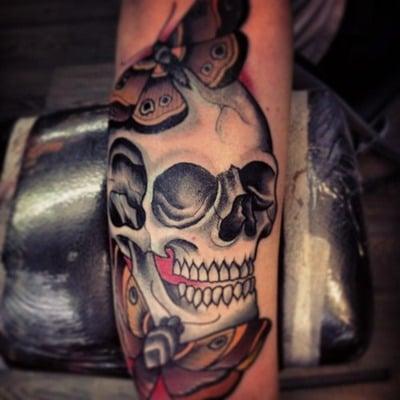 Tatuaje calavera en el brazo