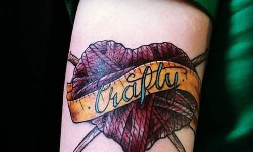 Tatuaje corazón de lana en el brazo