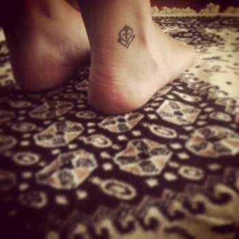 Tatuaje corazón y ancla en el pie