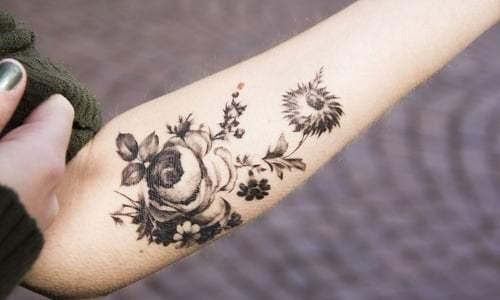 Tatuaje rara flor en el antebrazo
