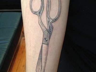Tatuaje tijera en el antebrazo