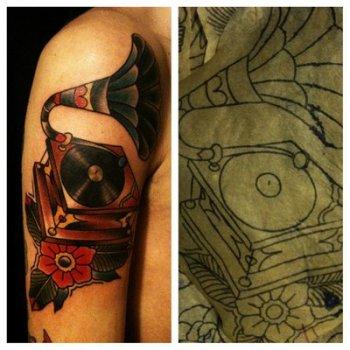 Tatuaje tocadiscos en el brazo