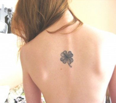 Tatuaje trébol de cuatro hojas en la espalda