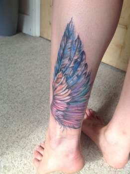 Tatuaje ala en la pierna