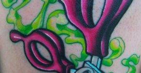 Colorido tatuaje de tijeras