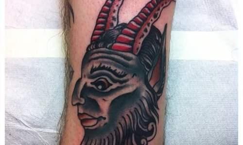 Fauno tatuado en la pierna