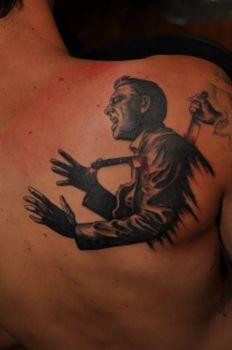 Tatuaje de hombre apuñalado