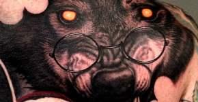 Tatuaje de lobo con gafas