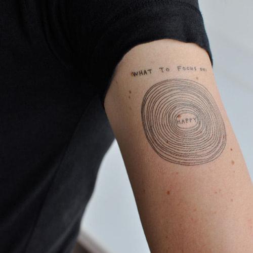 Tattoo Quotes Happiness: Tatuaje De Círculos Concéntricos Con Texto