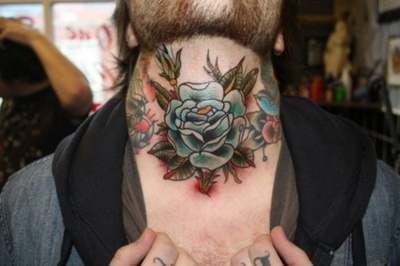 Tatuaje rosa azul cuello