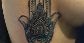 Tatuaje Mano Fátima costado