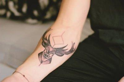 tatuaje venado brazo