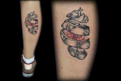 Tatuaje corazón en la pierna