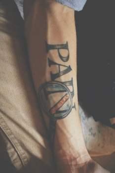 Tatuaje texto en el brazo