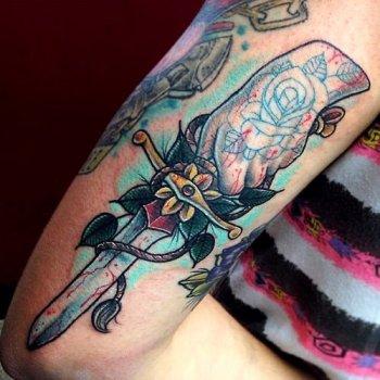 Tatuaje daga en el brazo