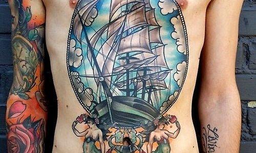 Tatuaje de barco en el abdomen
