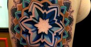 Tatuaje flor azul geométrica
