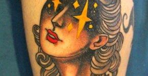 Tatuaje mujer con estrellas