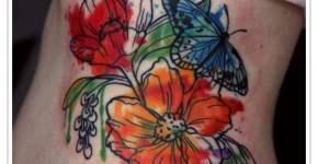 Tatuaje de flores con mariposa