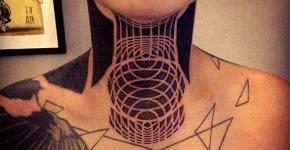 Tatuaje geométrico en el cuello