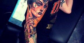 Tatuaje mujer con flor en la cabeza