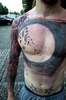Tatuaje multicolor en el brazo