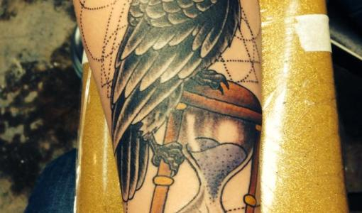 Tatuaje cuervo en el brazo