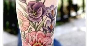 Tatuaje floral en la pantorrilla