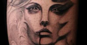 Tatuaje mujer pájaro en el brazo