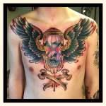 Tatuaje reloj de arena en el pecho